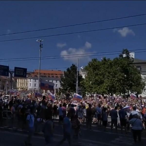 A szlovák kormány járványügyi politikája ellen tüntetők megbénították Pozsonyban a belvárosi forgalmat