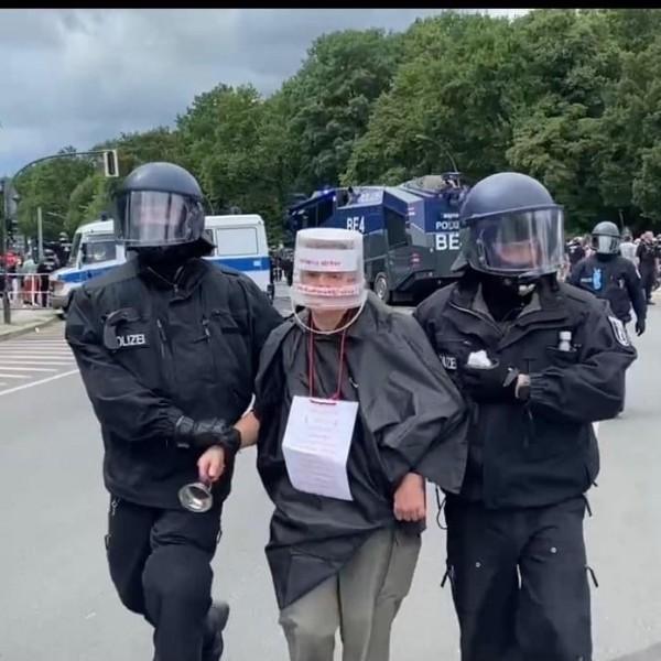 Berlinben agyba-főbe verik egymást a rendőrök a tüntetőkkel - Videók