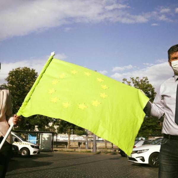 Szél és Hadházy ledolgozzák a dudálós tüntetésekért kapott pénzbírságukat