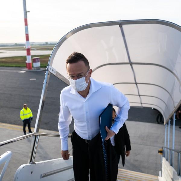 Szijjártó: Újabb repülőgép telepakolva vakcinákkal, irány Budapest!