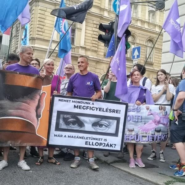 Ma sem bukik Orbán: 300 ellenzéki sétálgat a 40 fokban Budapesten