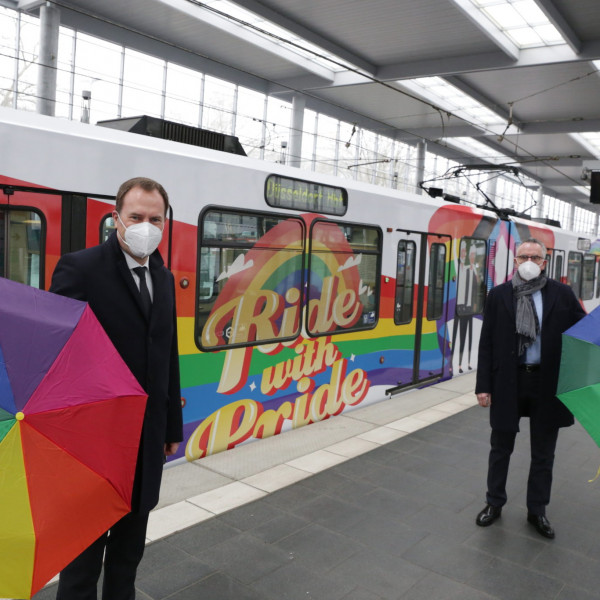 Szivárványos villamos állt forgalomba Düsseldorfban