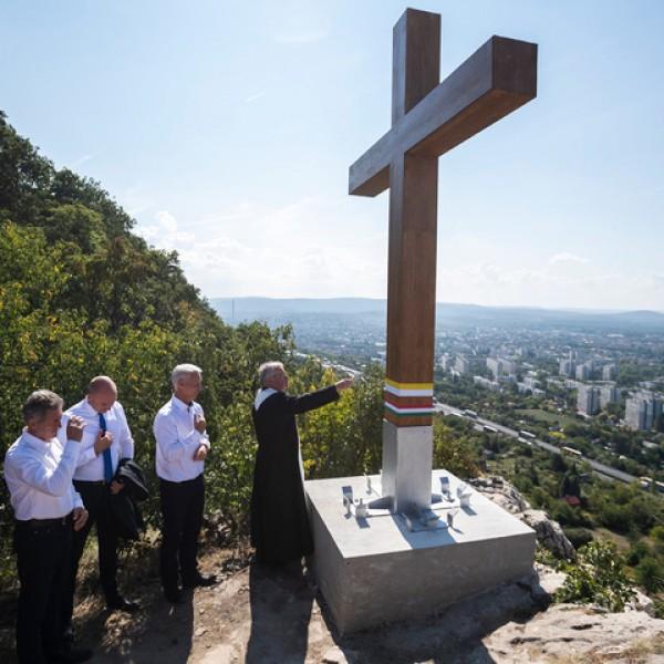 Emlékkeresztet állítottak a tatabányai Turul-emlékműnél