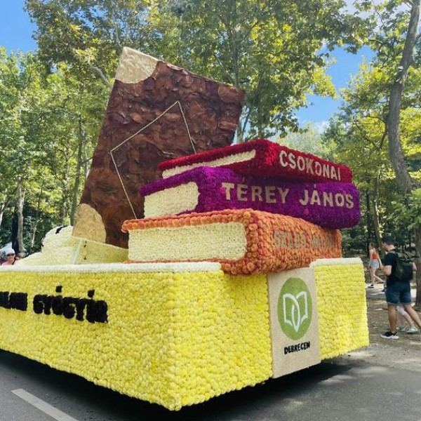 Idén tizennégy virágkocsi készült a Debreceni Virágkarneválra - Fotók