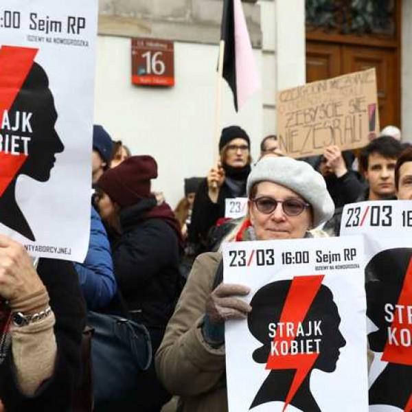 Felfüggesztettek egy lengyel iskolaigazgatót, mert tiltotta a liberális diákjainak az abortuszpárti jelkép használatát